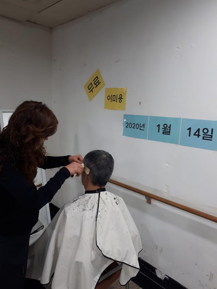이용자분의 머리를 예쁘게 정리해주고 계시는 이혜선원장님